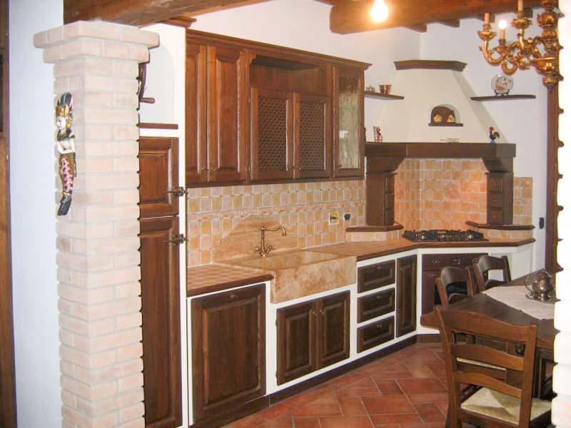 Cucina in castagno anticato con piano in travertino