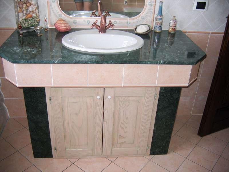 Mobiletto per il bagno su misura in castagno decape' rosa con fumina verde stile marmo