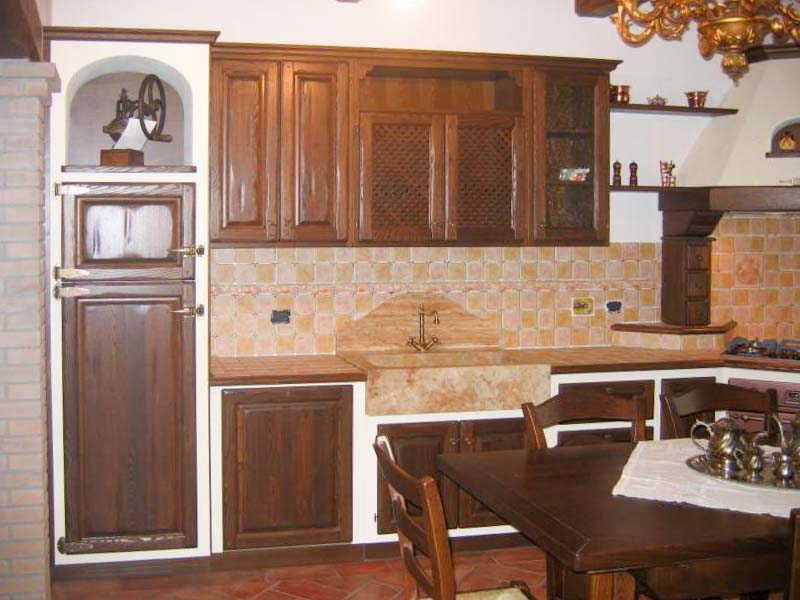 Altra visuale della cucina con frigorifero rivestito con nicchia in finta muratura