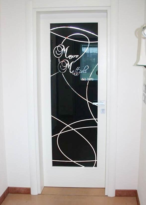 Porta laccata verniciata a poro aperto laccata bianca con vetro nero personalizzato