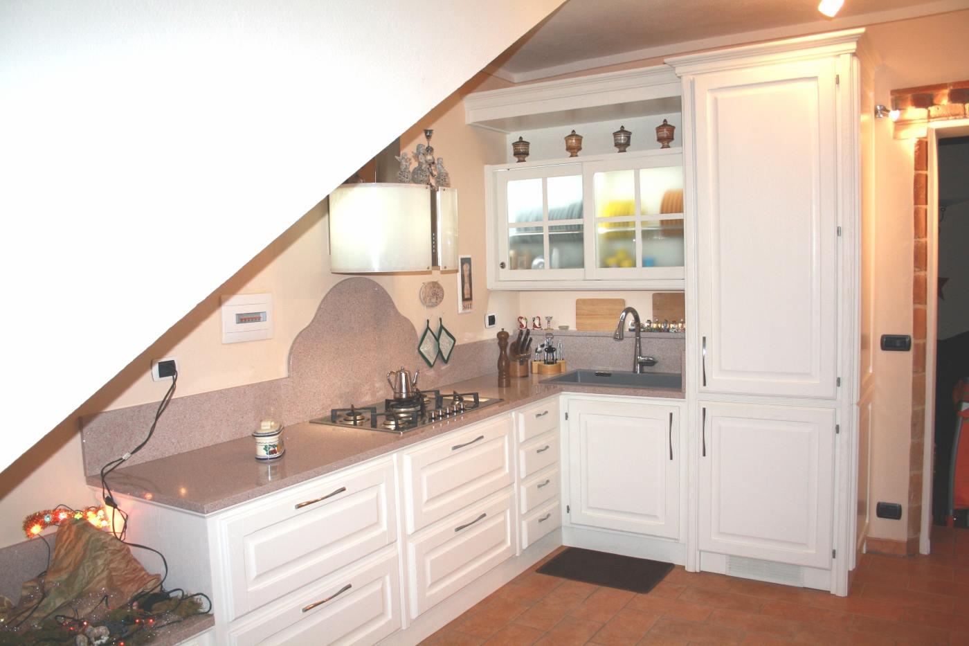Cucina laccata bianca poro aperto frassino spazzolato con piano okite